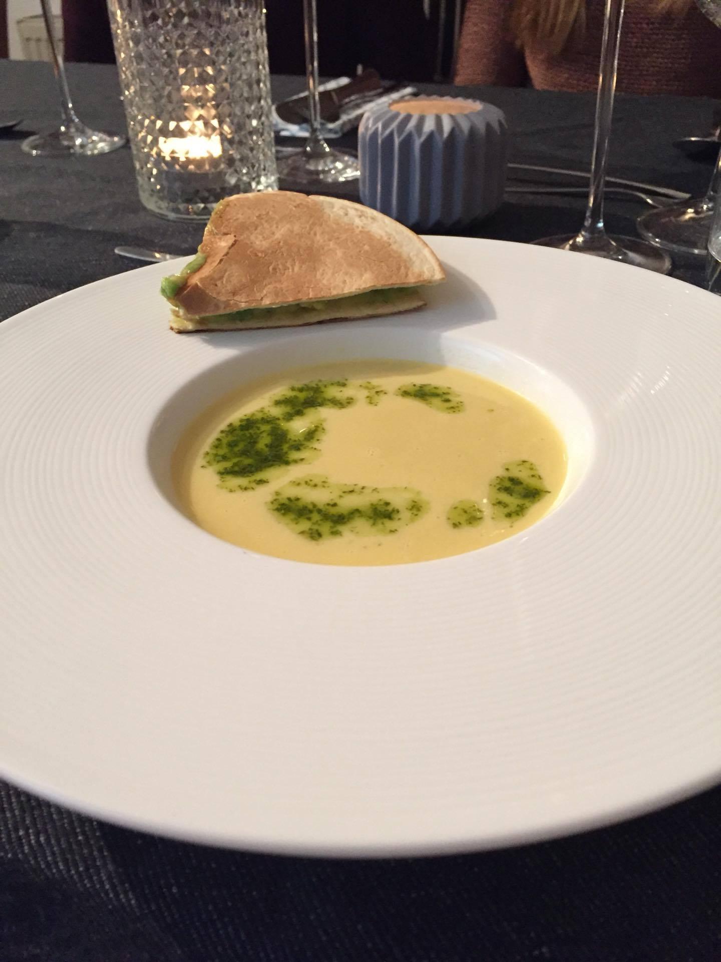Maissuppe mit Korianderöl und Avocado Quesadilla