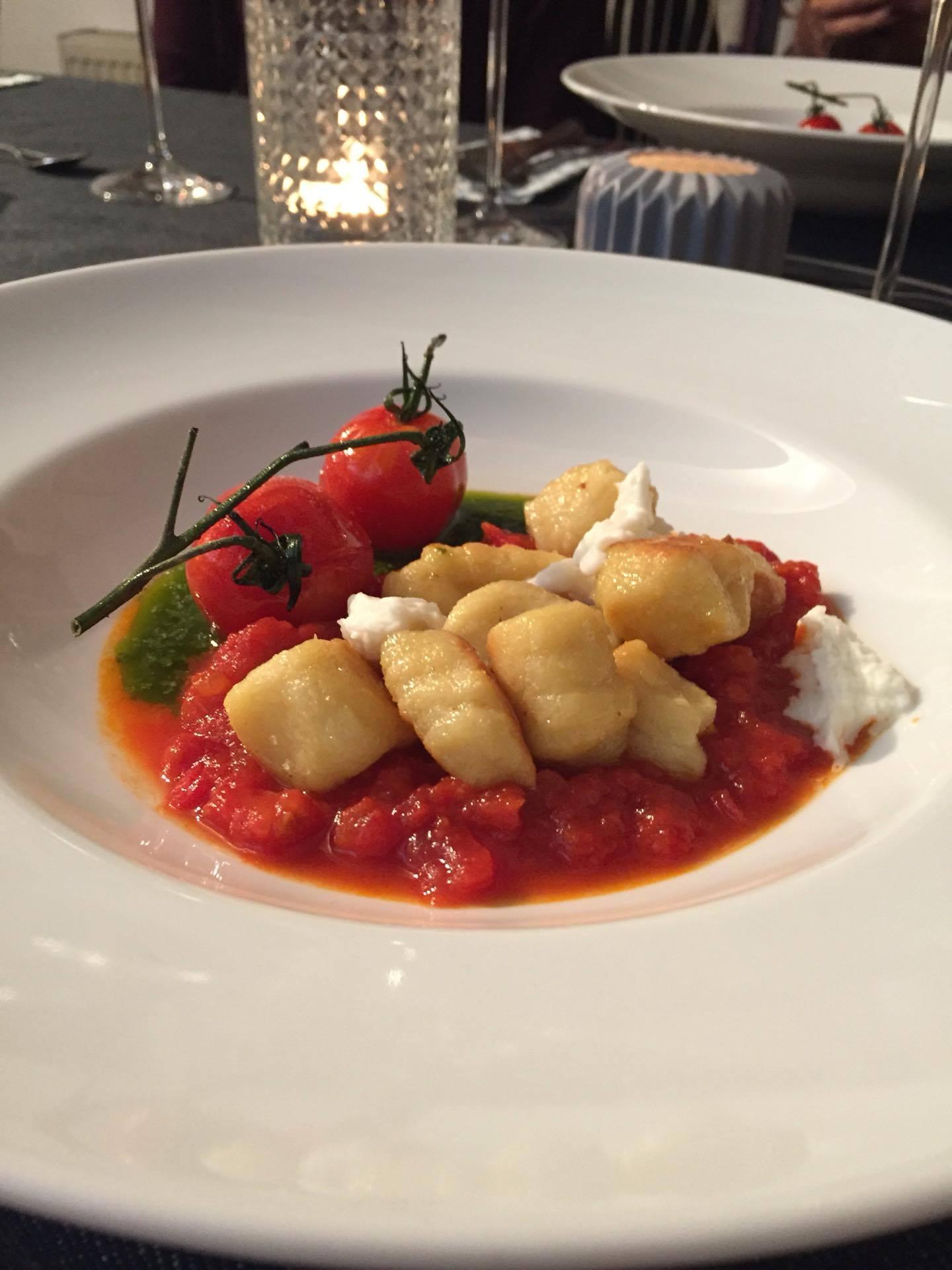 Hausgemachte Ricotta Gnocchi auf Tomaten Sugo mit Basilikumöl, Büffelmozze und confierter Kirschtomate
