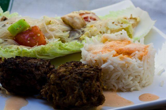 Asiatische Frikadellen mit Asiasalat und Reis