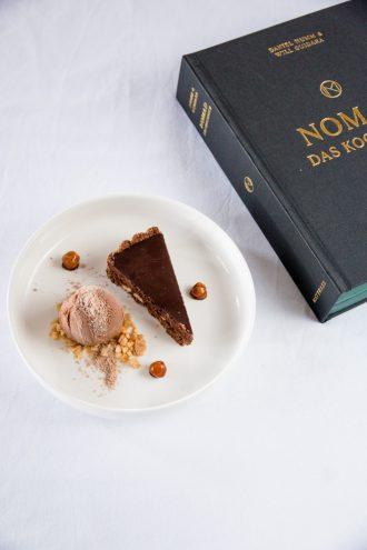 Haselnusstarte mit Pralineneis aus dem Nomad Kochbuch von Daniel Humm