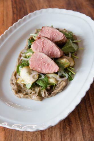 Geröstetes Auberginen Püree mit Spinat-Kräuter-Salat und Schweinelende