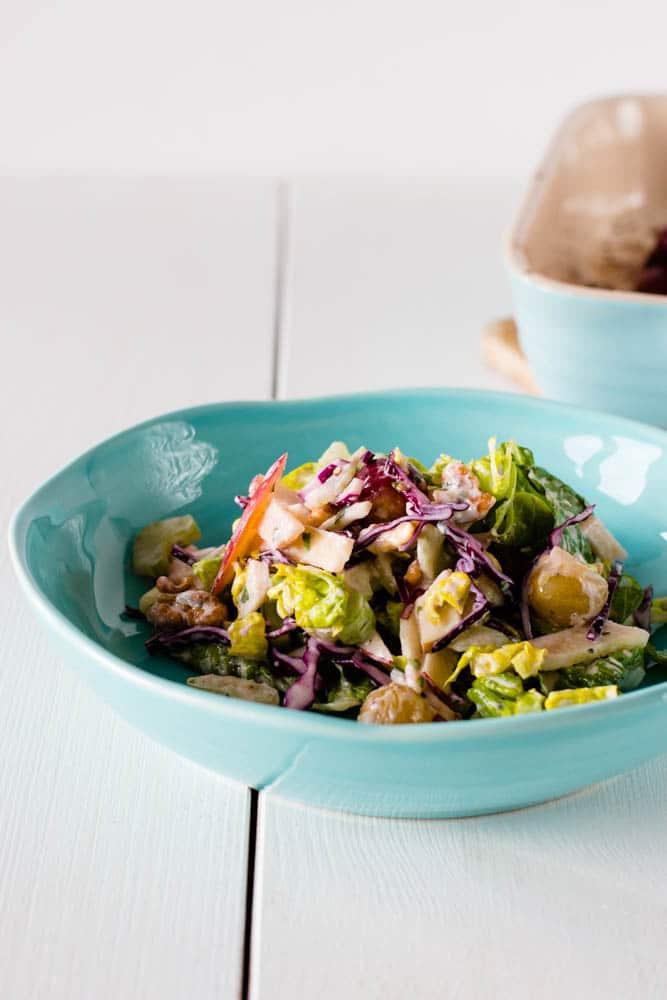 Herbstlicher Waldorf Salat mit gebackenen Trauben