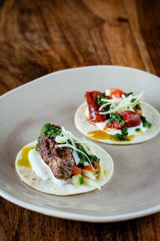 Hausgemachte Arabische Tacos mit Köfte und Merguez