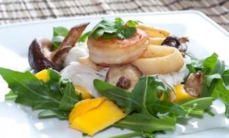 Rucola-Asia-Salat mit Meeresfrüchten