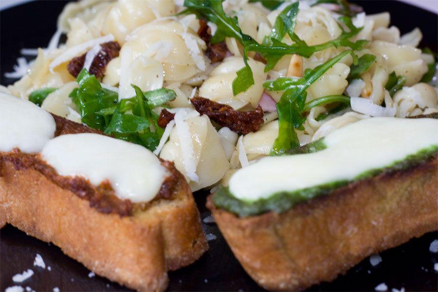 Nudel Rucola Salat mit Ciabatta
