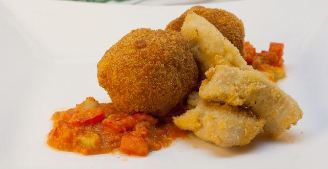 Kroketten mit Chicken Nuggets auf Tomaten-Paprika-Gurken-Salsa