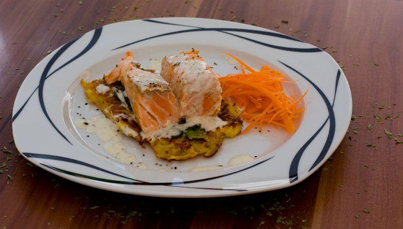 Lachs auf Kartoffel-Möhren-Rösti mit Estragonosauce