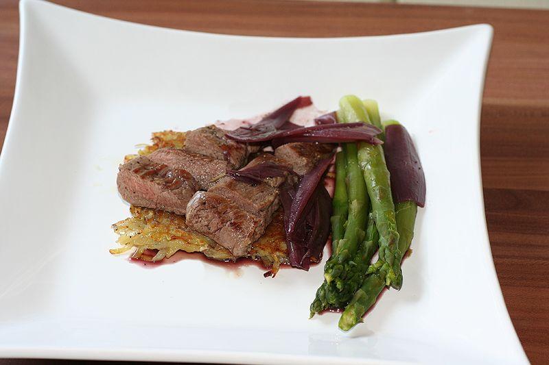 Lammfilet auf Kartoffelrösti mit Rotwein-Scharlotten-Sauce und grünem Spargel