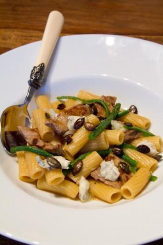 Pasta mit Rind, Bohnen und Gorgonzola