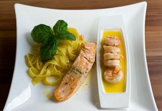Bandnudeln mit Lachs und Black Tiger Garnelen in Orangen-Butter-Sauce
