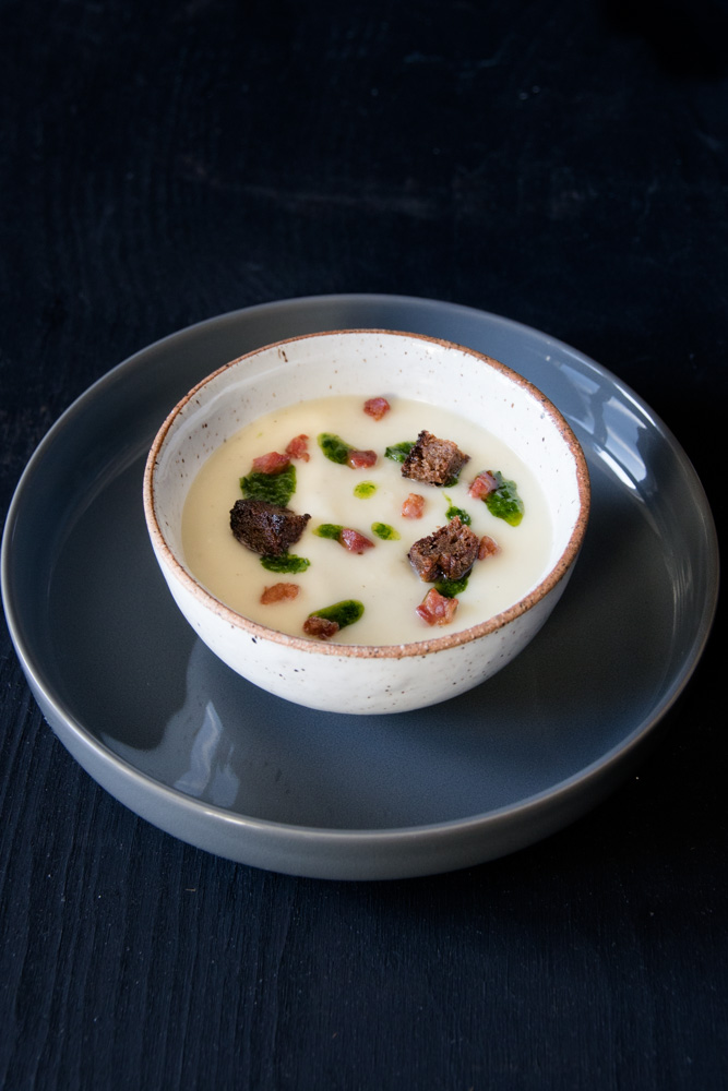 Pastinaken Suppe mit Bacon, Roggencroutons und Petersilienöl