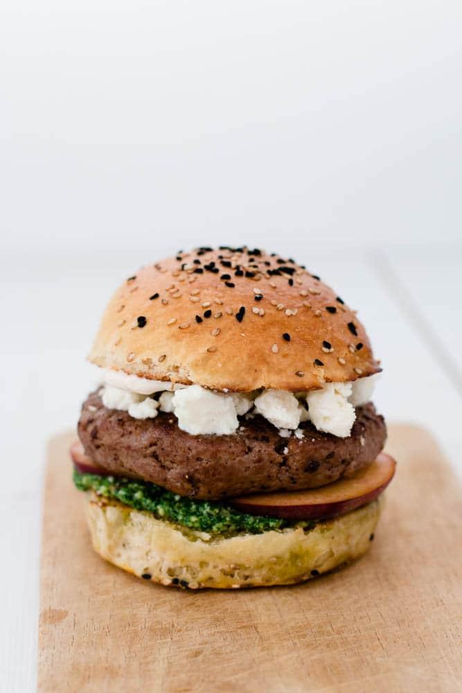 Burger Sous Vide - mit Pfirsich, Feta und Rucola Pesto
