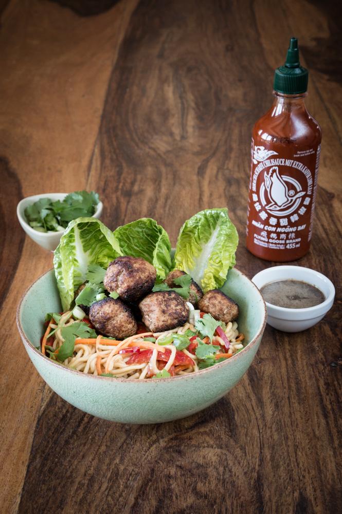 Lauwarmer Ramen Salat mit Fleischbällchen