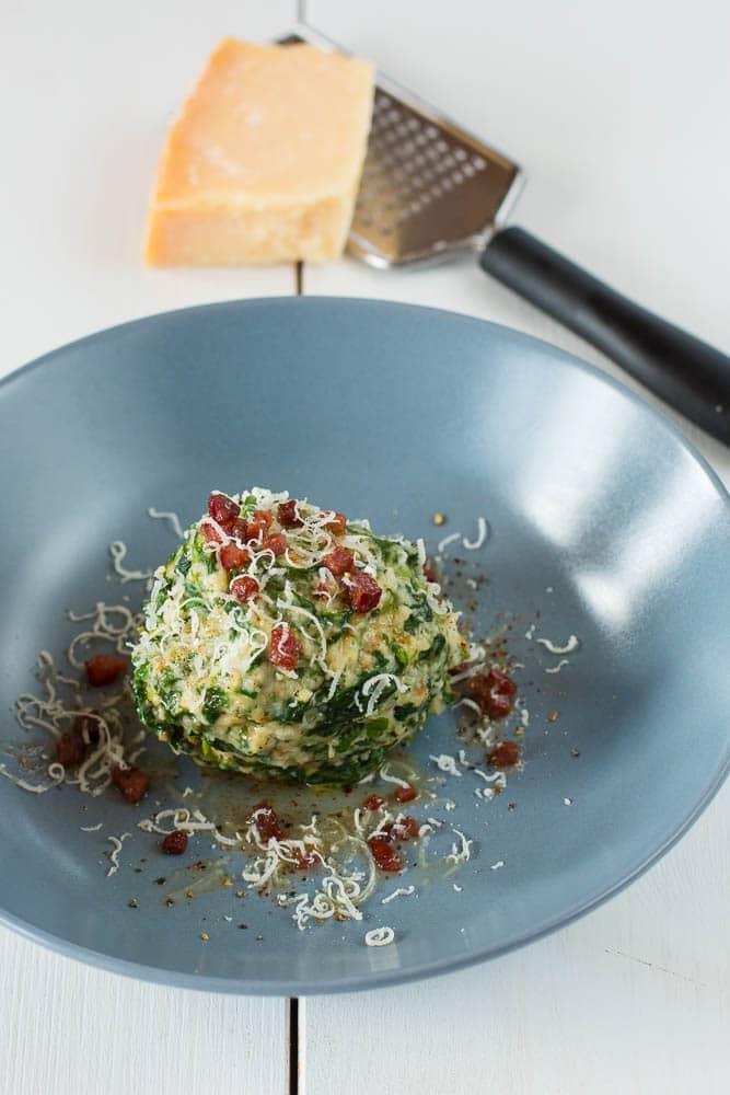 Tiroler Spinatknödel mit Parmesan und brauner Speck-Butter