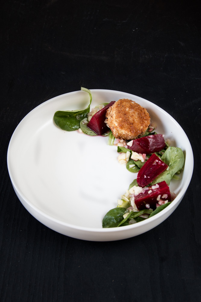 Gebackener Ziegenkäse mit roter Bete, Feldsalat und Apfel Vinaigrette